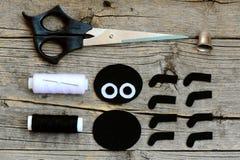 Coupez les détails noirs et blancs de feutre pour créer la décoration d'araignée de Halloween opération Ciseaux, fil, aiguille, d Photographie stock
