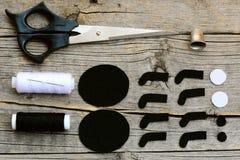 Coupez les détails noirs et blancs de feutre pour créer le décor d'araignée de Halloween opération Ciseaux, fil, aiguille, dé Image stock