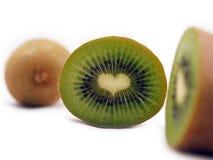 Coupez les expositions de kiwi une coeur-forme Images stock