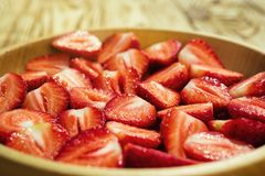 Coupez les fraises, les fraises dans une coupe, fraises dans le panier, Images stock