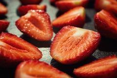 Coupez les fraises, les fraises dans une coupe, fraises dans le panier, Photographie stock libre de droits