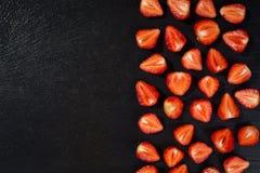Coupez les fraises, les fraises dans une coupe, fraises dans le panier, Photographie stock