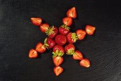 Coupez les fraises, les fraises dans une coupe, fraises dans le panier, Photo libre de droits