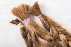 Coupez les longs cheveux comme donation pour la charité de cancer images stock