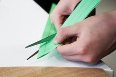 Coupez les métiers de ciseaux du papier coloré Scrapbooking et d'autres passe-temps images libres de droits