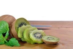 Coupez les morceaux de kiwi Photographie stock