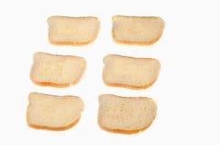Coupez les morceaux de pain blanc sur le fond blanc Image libre de droits