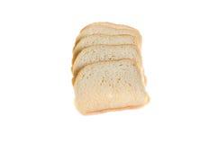 Coupez les morceaux de pain blanc sur le fond blanc Photo libre de droits
