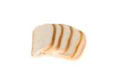 Coupez les morceaux de pain blanc sur le fond blanc Images stock