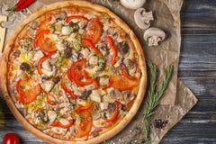 Coupez les morceaux de pizza avec différentes saveurs, sans une seule pièce, sur une table en bois Photos stock