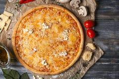 Coupez les morceaux de pizza avec différentes saveurs, sans une seule pièce, sur une table en bois Images stock