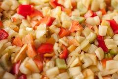 Coupez les morceaux de tranches de paprika doux rouge, jaune et vert Photos stock