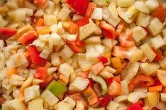 Coupez les morceaux de tranches de paprika doux rouge, jaune et vert Photos libres de droits