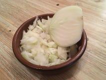 Coupez les onios dans une cuvette Photo stock