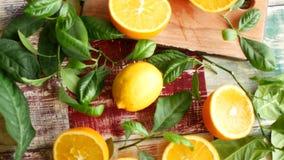 Coupez les oranges et les feuilles sur la table banque de vidéos