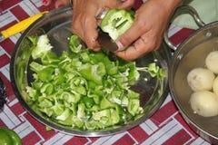 Coupez les poivrons pour le dîner Image stock