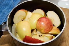 Coupez les pommes dans un bac Photos libres de droits