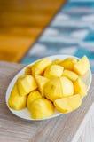 Coupez les pommes de terre du plat photos stock