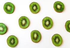 Coupez les tranches mûres juteuses de kiwi Photo libre de droits