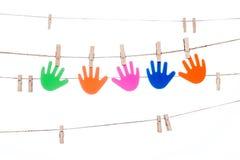 Coupez sur une ficelle, accrochant la main colorée p multiracial global Photo stock