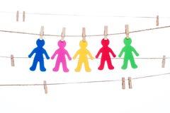 Coupez sur une ficelle, accrochant multiracial global de personnes colorées Image stock