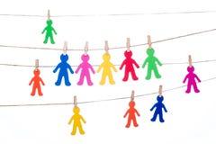 Coupez sur une ficelle, accrochant multiracial global de personnes colorées Photo stock