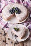 Coupez un morceau de plan rapproché de gâteau au fromage de myrtille d'un plat Vertica Images libres de droits