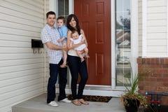 coupld在年轻人之外的房子孩子 免版税库存照片
