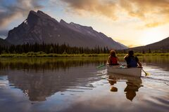 Free Couple Adventurous Friends Are Canoeing In A Lake Stock Photography - 179687362