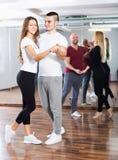 Couple apprécier de la danse d'associé Images libres de droits