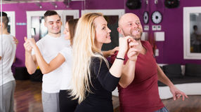 Couple apprécier de la danse d'associé Photos libres de droits