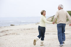 Couple at the beach holding hands and smiling Royalty Free Stock Photography