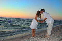 Couple on beach kissing Royalty Free Stock Photos