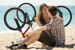 Couple with bikes on beach Royalty Free Stock Photos
