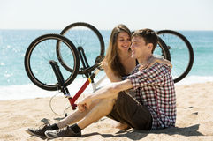 Couple with bikes on beach Royalty Free Stock Photos