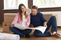 Couple with blueprints house Royalty Free Stock Photos