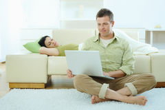 Couple browsing internet Royalty Free Stock Images