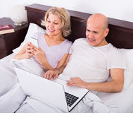 Couple burring with laptop Royalty Free Stock Images