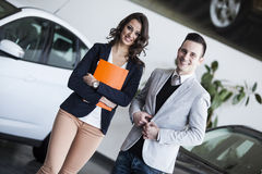 Couple buying a car Royalty Free Stock Photos