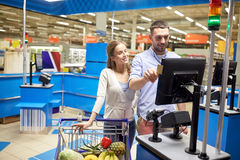 Couple buying food at grocery store cash register Royalty Free Stock Photos
