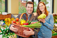Couple buying fruits and vegetables Royalty Free Stock Photography