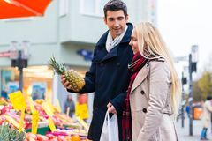 Couple buying groceries on farmers market stand Royalty Free Stock Photos