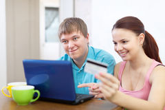 Couple buying online with laptop Royalty Free Stock Images