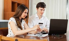 Couple buying online with laptop Royalty Free Stock Photography