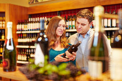 Couple buying wine in supermarket Royalty Free Stock Photos