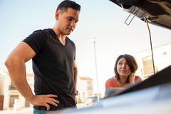 Couple with car trouble Royalty Free Stock Photos