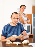 Couple with cash at home Royalty Free Stock Images