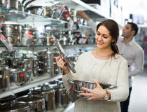 Couple chooses pans in shop cookware Stock Photography