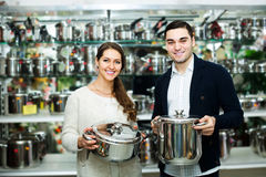 Couple chooses pans in shop cookware Royalty Free Stock Photos