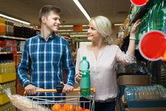 Couple chooses the water at the store Royalty Free Stock Images